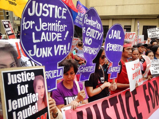 Protesters outside the Olongapo City court on Dec. 1 (Photo by C. Yamzon/Bulatlat.com)