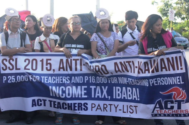 Public school teachers trooped to the Senate to call on Senators to amend the Salary Standardization Law 2015. (Photo by A. Umil/ Bulatlat.com)