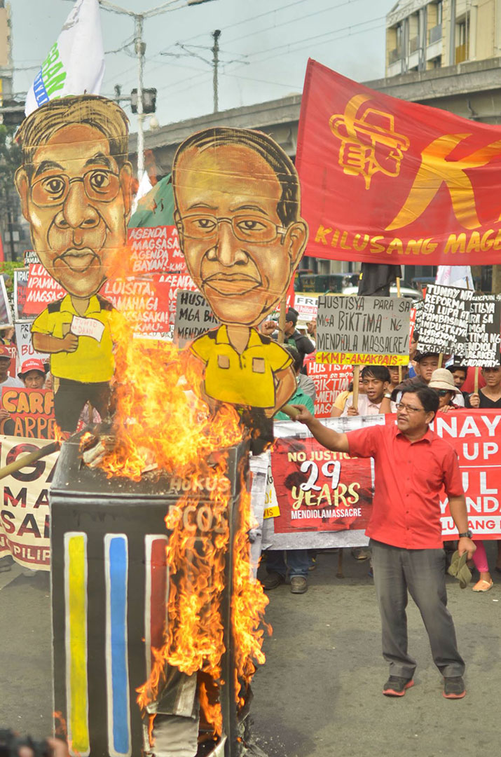 """Farmers say no to what they call as another """"haciendero"""" presidency as they burn the effigies of President Aquino and Liberal Party presidential bet Mar Roxas. (Photo by Loi Manalansan / Bulatlat.com)"""