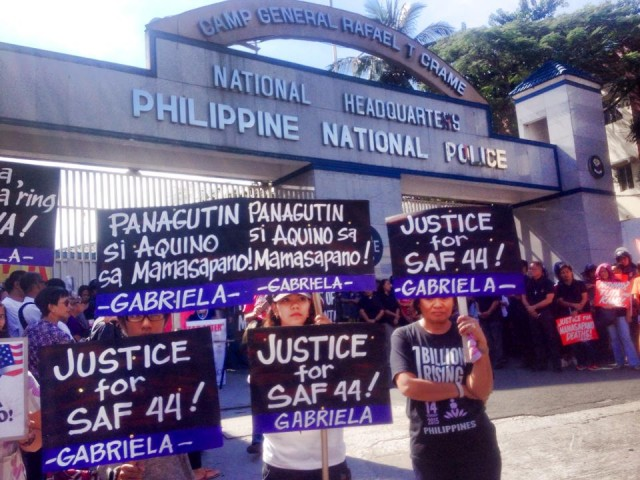Protesters outside the gate of Camp Crame in Quezon City (Photo by Christian Yamzon/Bulatlat.com)