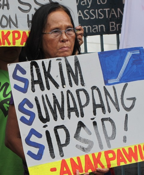 Greedy. Bootlickers. -- Protesters' description of SSS executives and Pres. Aquino. (Photo by M. Salamat)