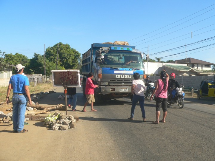 Bayto residents hail a mining truck. (Photo by D.Ayroso/Bulatlat)