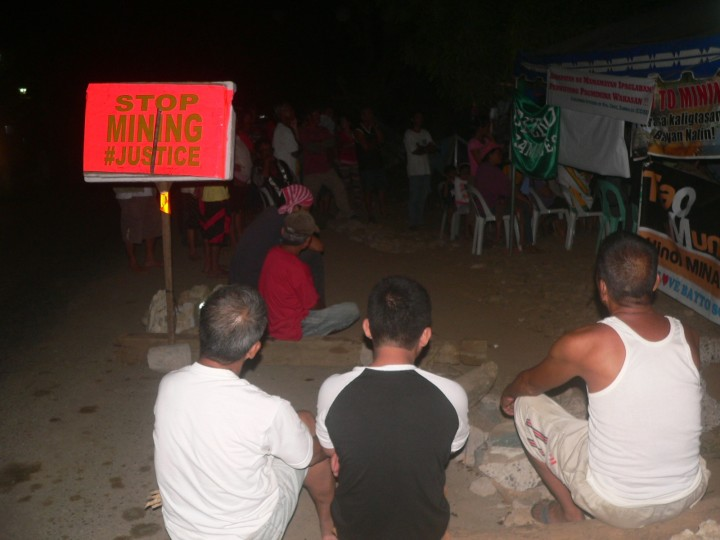 Bayto residents hold vigil with visiting environmentalists. (Photo by D.Ayroso/Bulatlat)