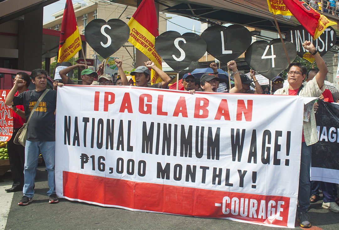 Government employees hold Black Heart's Day protest against Salary Standardization Law 4. (Photo by Ronalyn V. Olea)