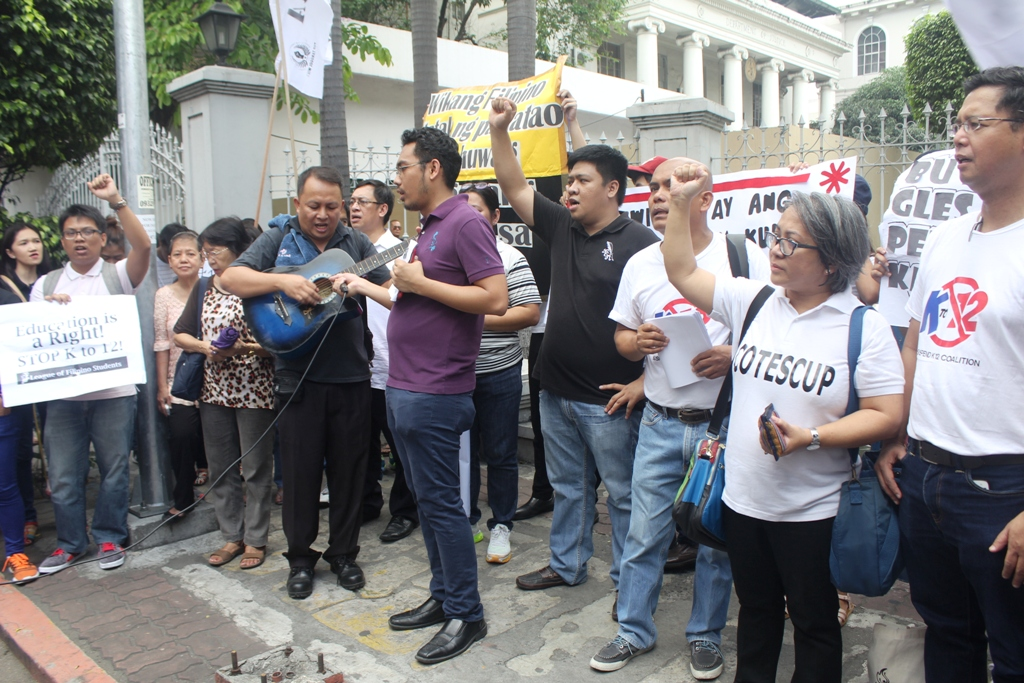 The united petitioners against the K to 12 program sings Bayan ko at the end of their program. (Photo by A. Umil/ Bulatlat)