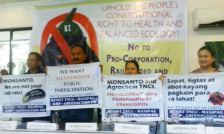 Organic advocates demand safe and healthy food for all as government agencies are set to sign a new policy on genetically-modified crops. (Photo by Ronalyn V. Olea/ Bulatlat.com)