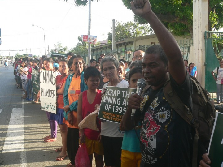 Sonny Serrano of the Central Luzon Aeta Association (CLAA) express solidarity with Sta. Cruz residents calling to scrap the Mining Act of 1995. (Photo by D.Ayroso/Bulatlat)