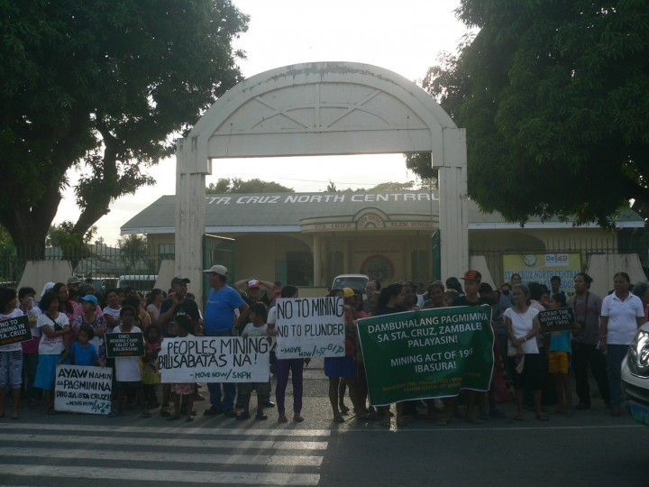 Residents from various Sta. Cruz villages gathered outside the North Central Elementary School to call for a stop to mining. (Photo by D.Ayroso/Bulatlat)