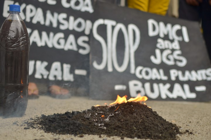 The groups burned coal in front of the DENR gate in Quezon City on March 17. (Photo by Carlo Manalansan/Bulatlat)