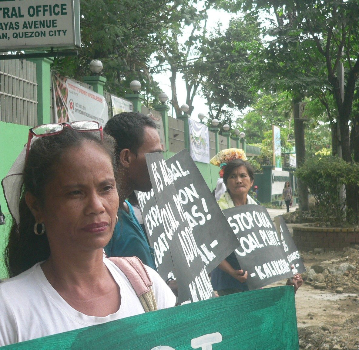 Perlie Bucal at the picket in front of the DENR office in Quezon City on March 17 Photo by D.Ayroso/Bulatlat)