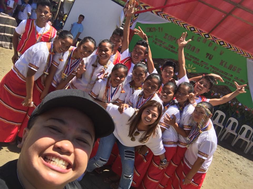 The couple, Aiza Seguerra and Liza Dino with the students of Alcadev. (Photo grabbed from Liza Dino's Facebook page.)