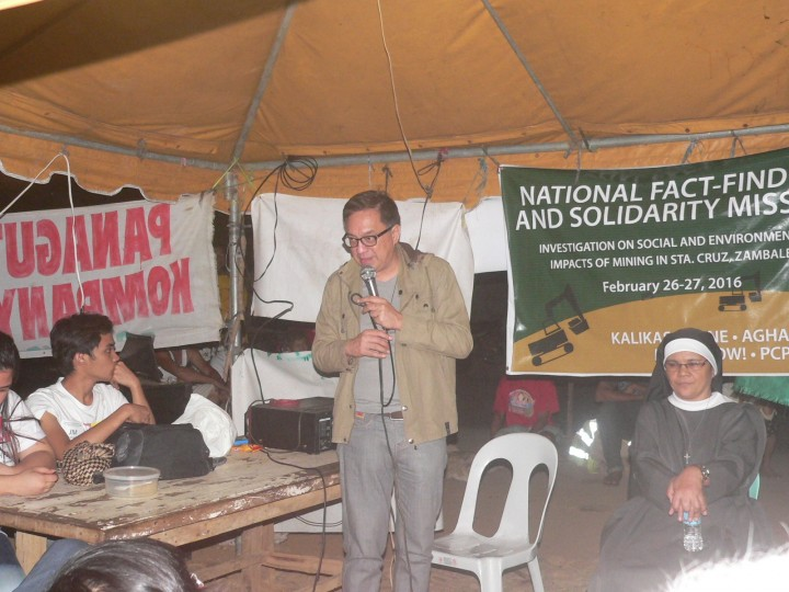 Fr. Noel Montes of the St. Michael's Parish Church of Sta. Cruz speaks at the Bayto barricade. (Photo by D.Ayroso/Bulatlat.com)