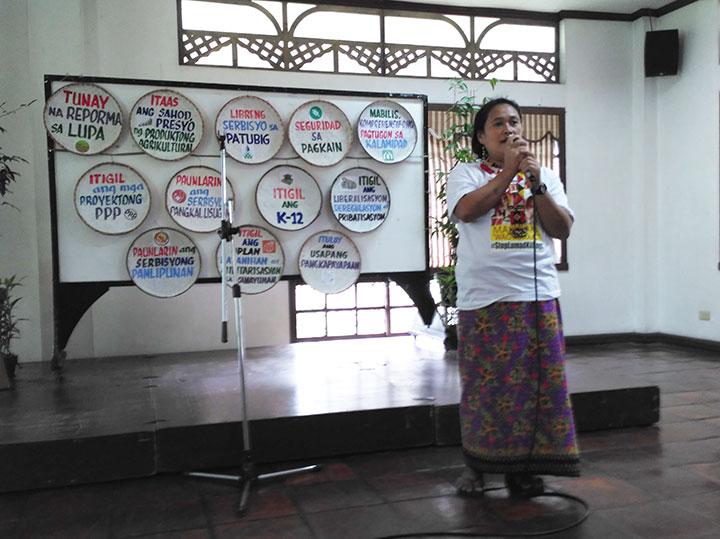 Josephine Pagala sings a song about the Lumad struggle for land. (Photo by Ronalyn V. Olea / Bulatlat)