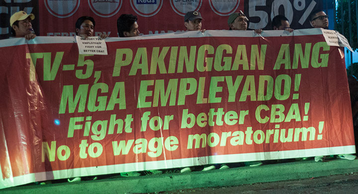 Employees of of TV5 hold a picket outside the TV5 Media Center in Reliance, Mandaluyong, March 4. (Photo by Ronalyn V. Olea / Bulatlat)