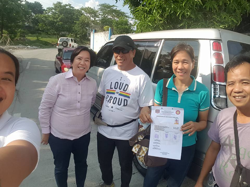 Newly-freed Rosanna Cabusao and labor rights activist Isidro de Lima, along with lawyer Minerva Lopez and activists who helped facilitate their release. (Photo grabbed from the Facebook account of lawyer Minerva Lopez)