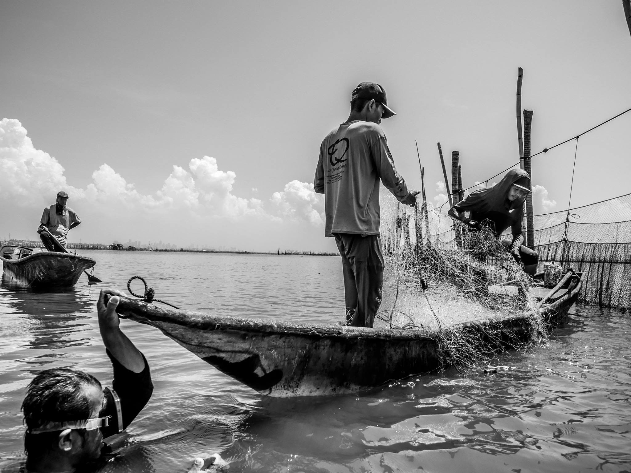 Fishermen harvesting in Laguna Lake. (Photo by Dex Aserdano)