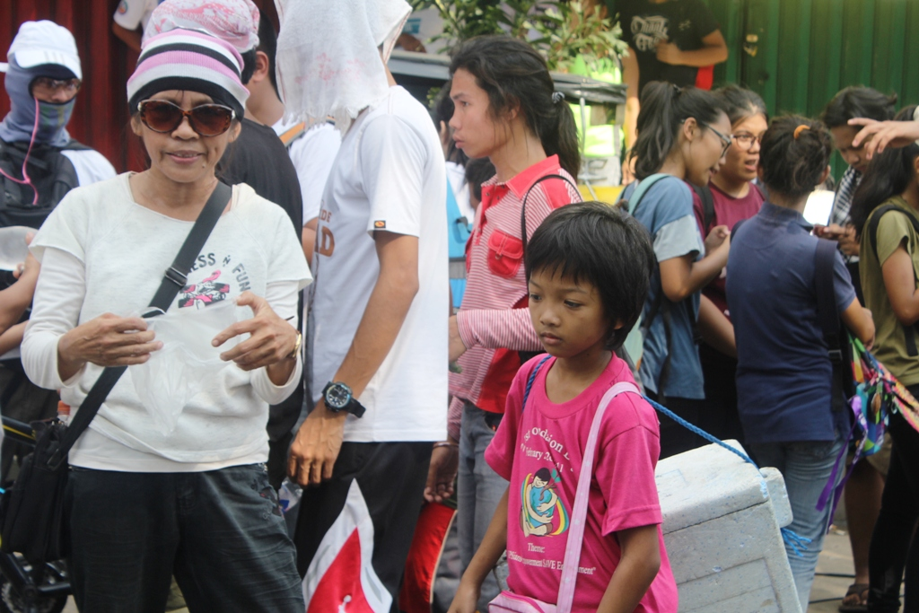 Single parent Myrna Celita, 54 with her 10 year-old niece (in pink shirt) selling banana que and carioca in Batasan, Quezon City. (By A. Umil/ Bulatlat)