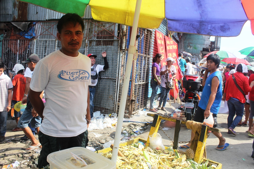 Romeo Resare, 38, a pineapple vendor, has been selling along Batasan for the past three years. He hopes that Duterte lets street vendors like him sell and make a living without being harassed. (Photo by A. Umil/ Bulatlat)