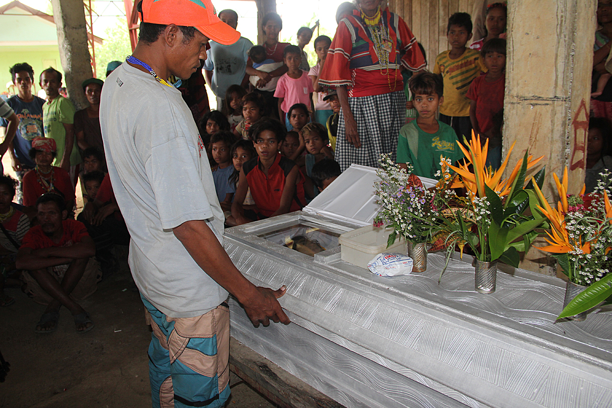Maytas Gayoran, by the coffin of his daughter Makinit, who was killed in the strafing by Nipar (Photo by Kilab Multimedia)