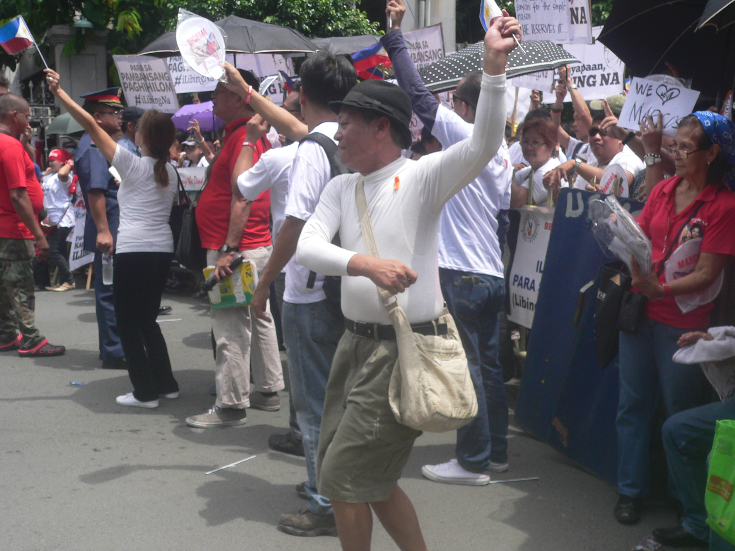 """Marcos supporters dance and flash the """"V"""" sign. (Photo by Dee Ayroso/Bulatlat)"""