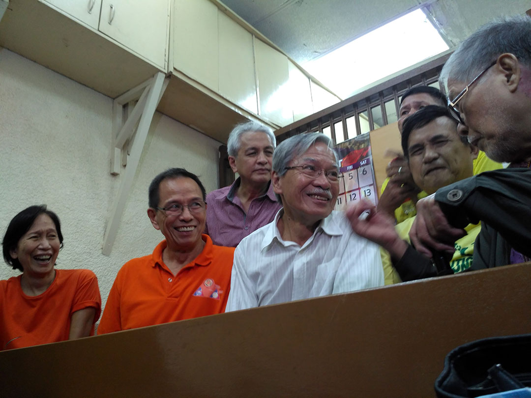 Former Senator Rene Saguisag shares a light moment with Makabayan President Satur Ocampo and NDFP consultants Wilma Tiamzon, Benito Tiamzon, Adelberto Silva and Vicente Ladlad during a short break at the Manila RTC Branch 32 hearing on Aug. 10. (Photo by Ronalyn V. Olea/Bulatlat)