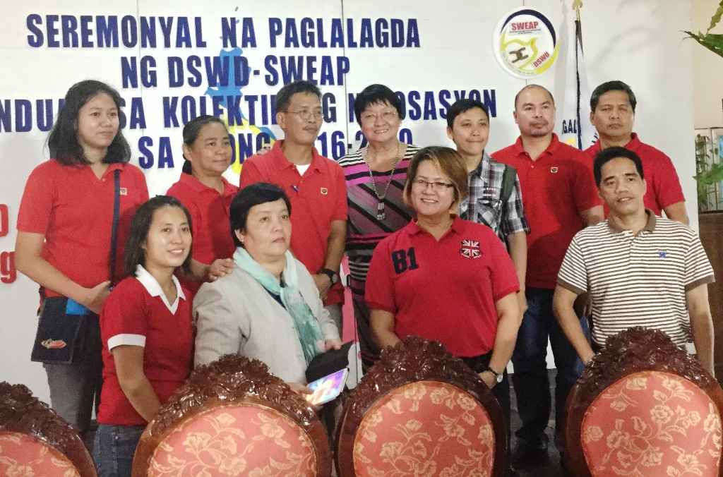 Secretary Judy Taguiwalo and the DSWD-Social Welfare Employees Association of the Philippines (SWEAP) officers. (Photo by A. Umil/ Bulatlat)