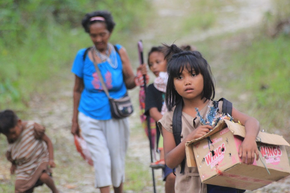 Lumad women and children making their way back home to their ancestral lands. (Photo courtesy of Karapatan Caraga)