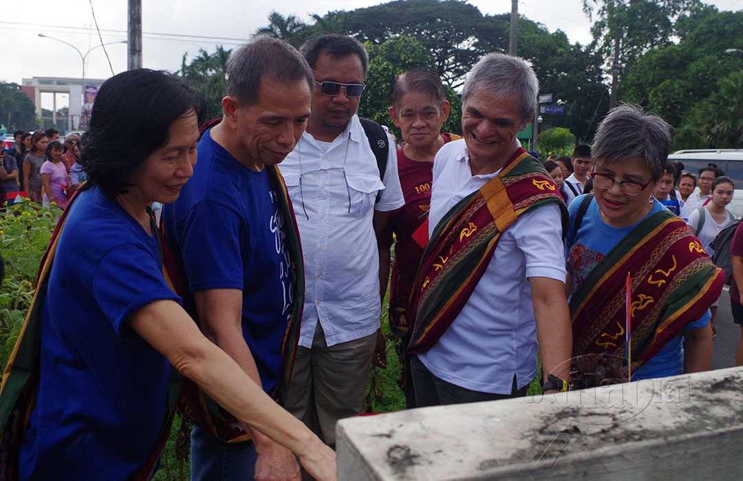 (L-R) Wilma Tiamzon, Benito Tiamzon, other NDFP consultants Randy Felix Malayao, Raffy Baylosis, Jaime Soledad and Bayan chairperson Carol Pagaduan-Araullo look at the marker of the historic 1971 Diliman Commune. (Photo by Fred Dabu)