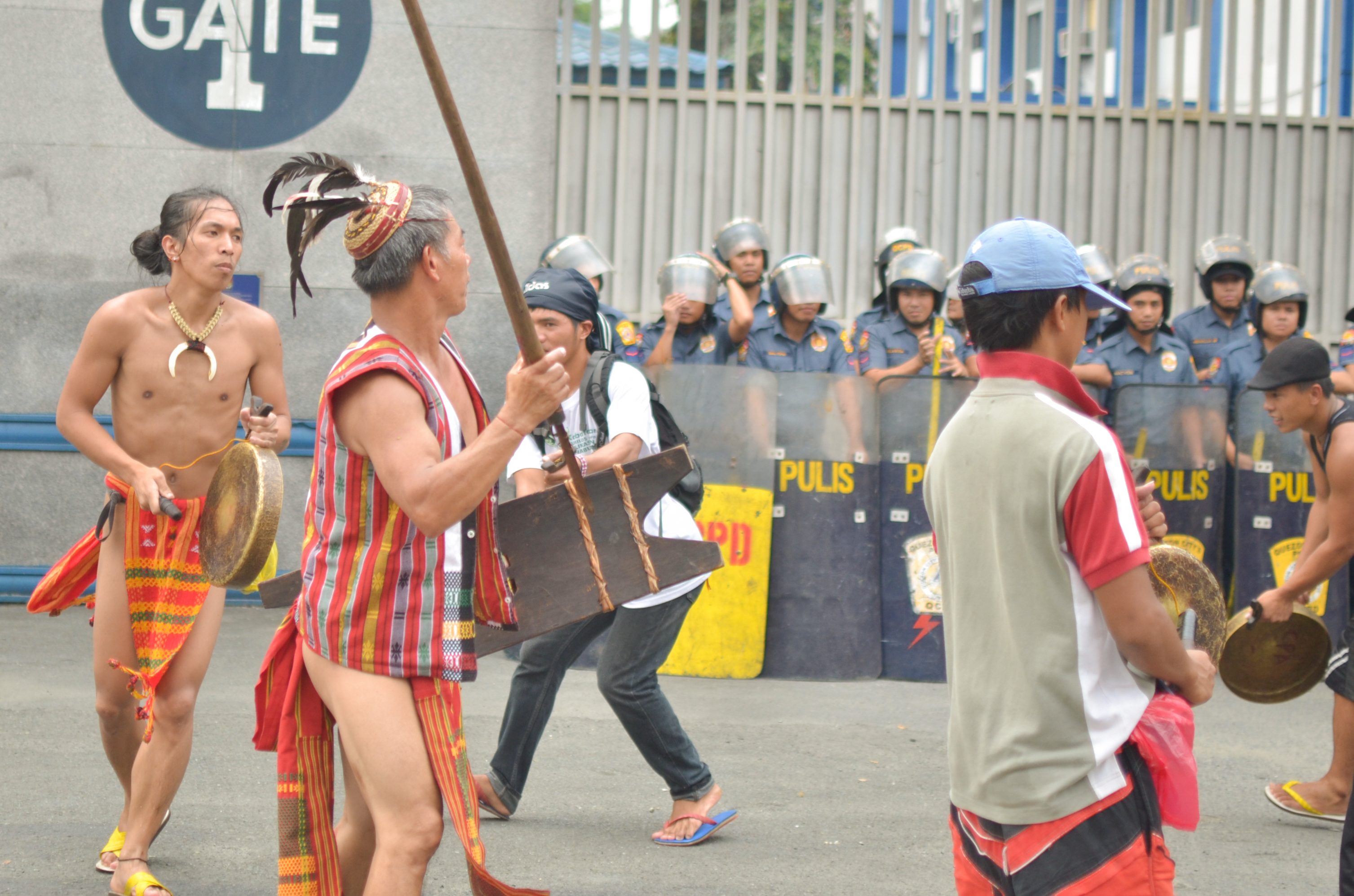Cordillerans at the gate of Camp Crame, the PNP headquarters. (Photo by Carlo Manalansan/Bulatlat)