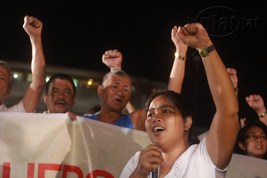 """Protesters sing """"Bayan Ko"""" as a pledge to continue fighting for justice. (Photo by Gino Estella / Bulatlat)"""