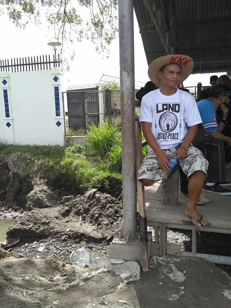Erwin Laza recalls how his brother Jesus was shot dead on Nov. 16, 2004. (Photo by Ronalyn V. Olea / Bulatlat)