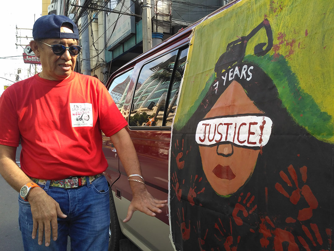 Virgilio Cuizon, a visual artist and one of the directors of the National Union of Journalists of the Philippines shows one of the murals painted by the children of the Ampatuan Massacre victims. (Photo by Ronalyn V. Olea / Bulatlat)