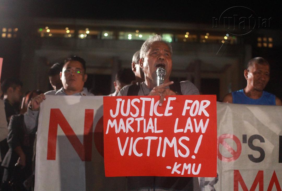 """Roger Soluta of Kilusang Mayo Uno quips, """"Ang siyam na bumoto, isama sa paglibing kay Marcos."""" (Photo by Gino Estella / Bulatlat)"""