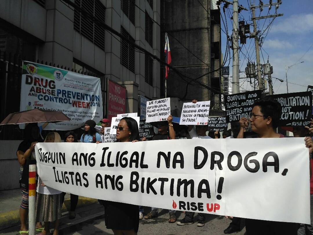 Church people and relatives of drug-related killings stage a protest in front of the Department of Interior and Local Government,  Dec.  5. (Photo by Ronalyn V.  Olea  / Bulatlat )