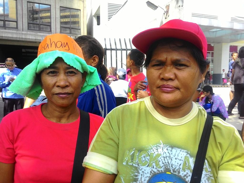 Imelda Medalla (left) and Prima Ragora (right) at the Lakbayan ng mga Maralita. (Photo by. A. M. Umil/ Bulatlat)
