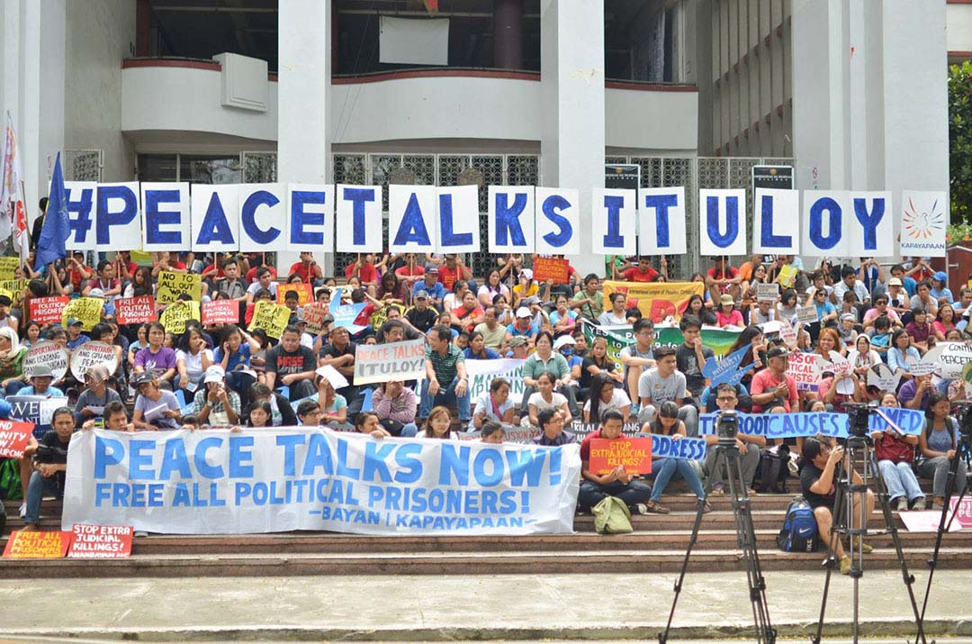 Students, professors and adminitrators of University of th Philippines Diliman as well as members of progressive organizations urge President Duterte to resume peace talks with the National Democratic Front of the Philippines. (Photo by Loi Manalansan / Bulatlat)