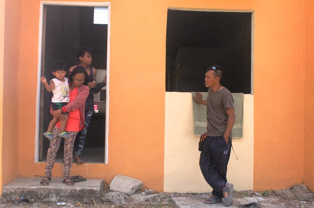 BULATLAT FILE PHOTO. Occupants of idle housing units in Pandi, Bulacan.  (Photo by A. Umil/Bulatlat)