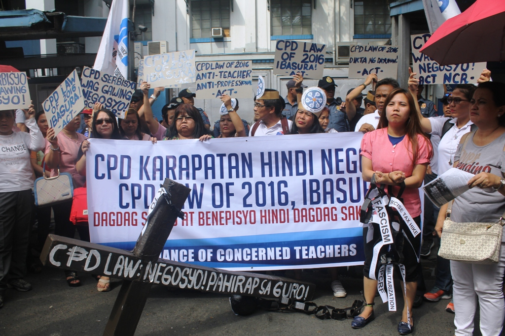 Teachers trooped in front of the Professional Regulation Commission (PRC) protesting the CPD Law's Implementing Rules and Regulations. (Photo by A. Umil/Bulatlat)