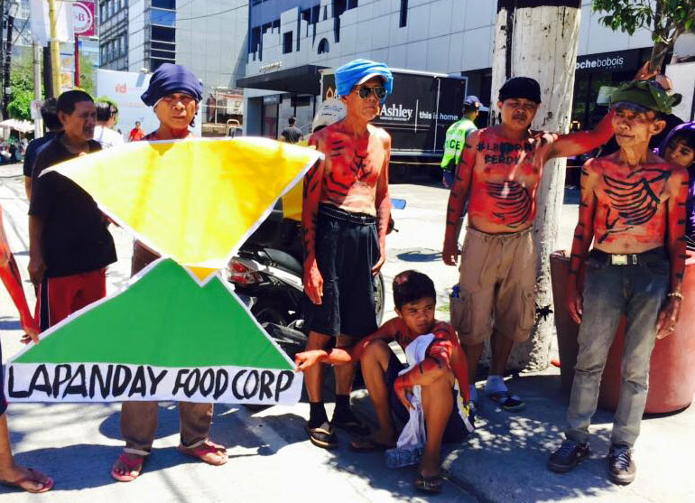 Protesting farmers at the Lapanday Foods Corp. office in Makati City (Photo by Amihan Mabalay/Bulatlat)