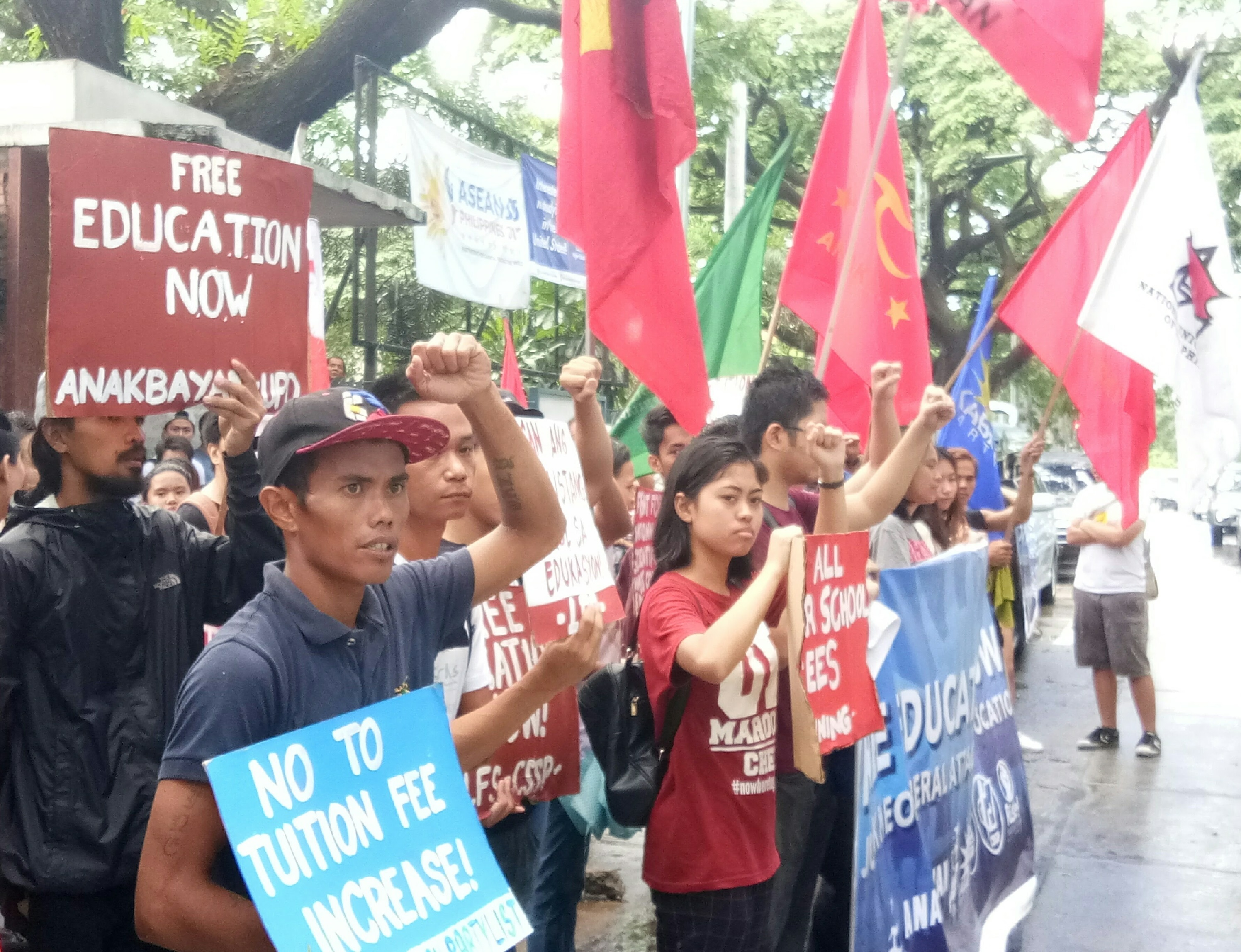 Protesting students at the Ched gate in Diliman, Quezon City (Photo by Daniel Boone/Bulatlat)