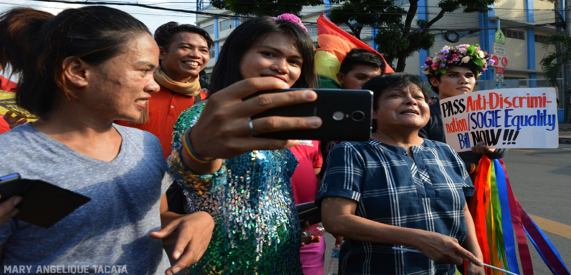 """Fans take selfies with """"The  Superstar,"""" multi-awarded actress Nora Aunor who joined the march (Photo by Mary Angelique Tacata/Bulatlat)"""