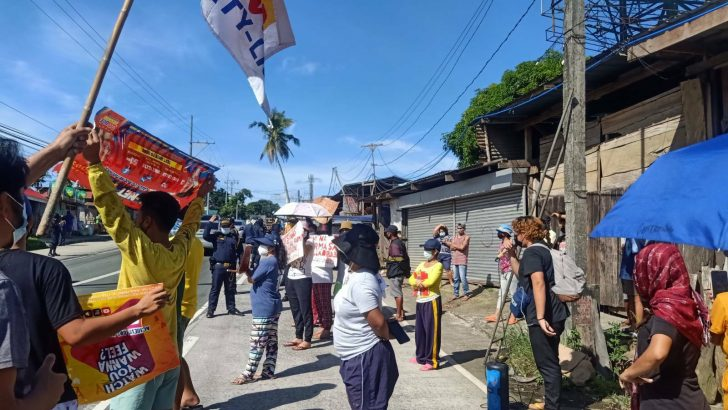 Vendors in Cavite form barricade amid threat of demolition